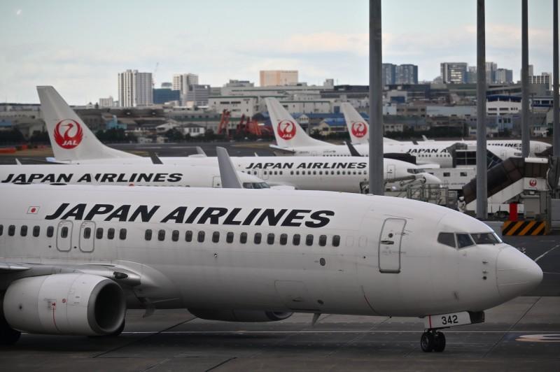 日本航空國際線一名女性空服員確診,患者上月25日已有發燒症狀。(法新社)