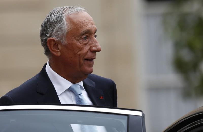 葡萄牙總統德索薩日前接見1所學校的學生,不料該校出現確診病例,總統要隔離2週,取消所有公務行程。(美聯社)