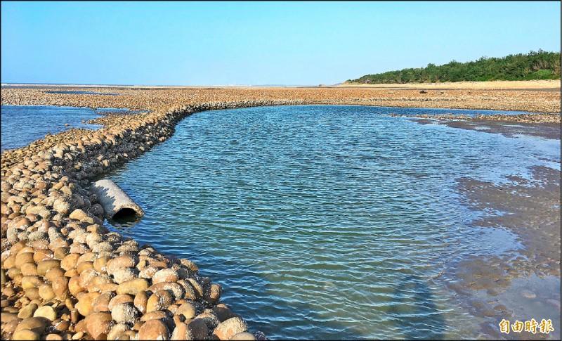 新屋蚵間有九座石滬皆登錄為文化景觀,圖為去年底完成修復的六號石滬。(記者李容萍攝)