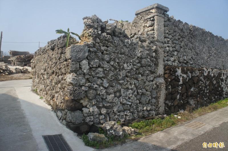 硓(石古)石牆左上方角落遭破壞,地上遺留碎屑。(記者劉禹慶攝)