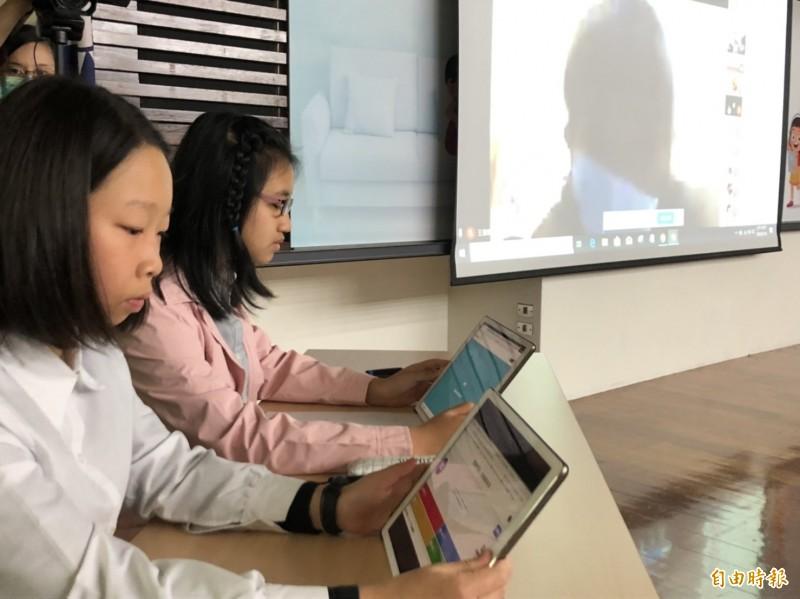 新北市龍埔國小施信源老師帶著學生,今天在教育部記者會中演示線上教學,運用Google Meet等雲端軟體,進行作業討論。(記者林曉雲攝)