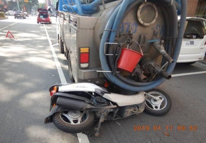 違規停車衍生的車禍屢見不鮮,警方呼籲駕駛人不可不慎。(記者許國楨翻攝)