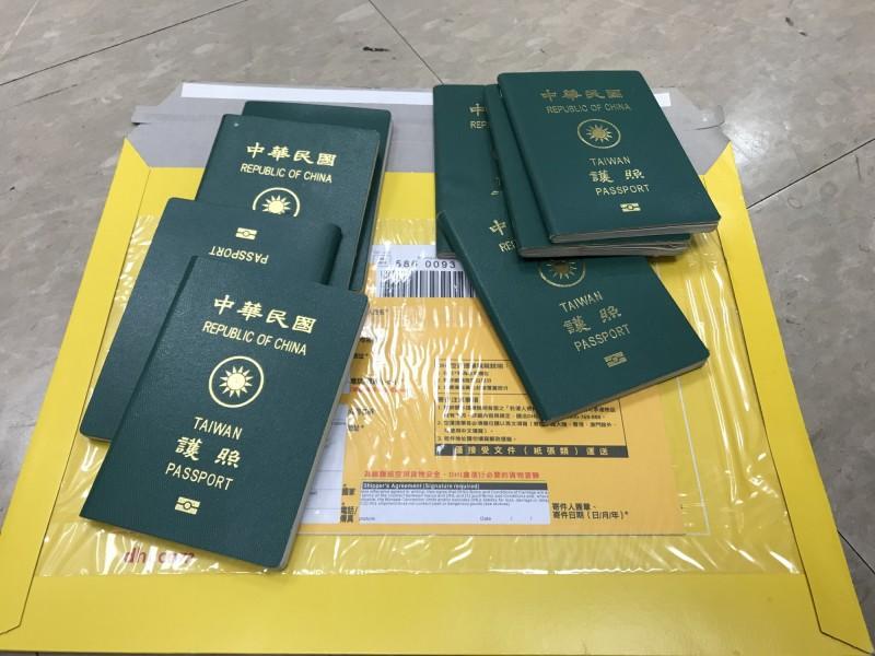 警方查獲的20本中華民國護照。(記者邱俊福翻攝)