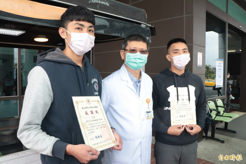 陽大醫院頒給曾品均(左)與林聖翔(右)感謝狀。(記者林敬倫攝)