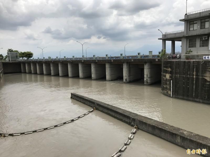 降下3月雨,有助高屏溪攔河堰供水穩定。(記者洪臣宏攝)