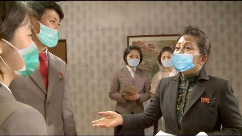 北韓官媒宣傳照,圖中口罩似乎用P的。(圖擷自民主朝鮮)