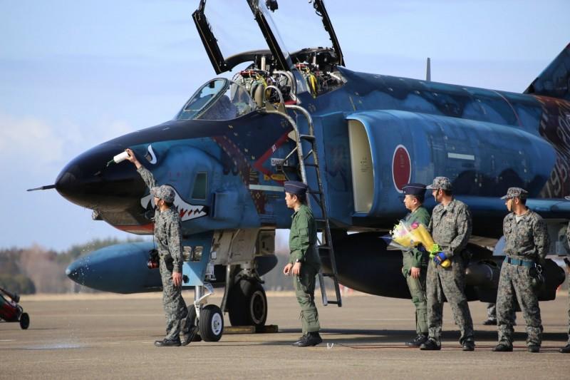 日本航空自衛隊偵察航空隊第501飛行隊(501SQ)即將解編,旗下的RF-4幽靈式偵察機9日在茨城縣的百里基地進行最後一次訓練飛行。(圖擷取自航空自衛隊百里基地推特)
