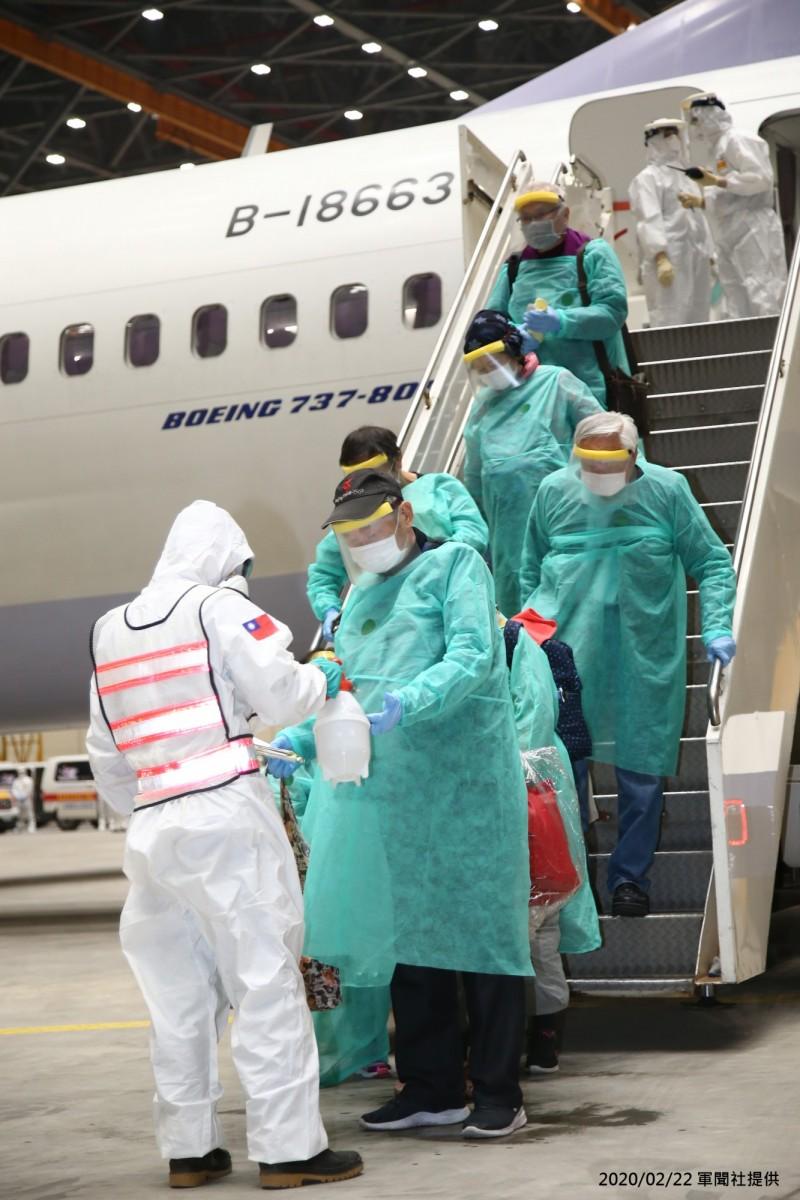 鑽石公主號旅客自橫濱搭華航包機返台在登機前檢疫、全程嚴格防備,被稱為「橫濱模式」,全程穿著隔離衣的乘客抵達桃園機場後依序下機。(資料照,中央流行疫情指揮中心提供)