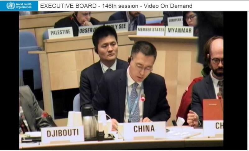 中國代表(圖中)上個月在世衛組織(WHO)會議上竟宣稱「我們很照顧台灣」,甚至還譴責多次在WHO會議上力挺台灣的國家,相關影片在網路上瘋傳,也讓台灣網友爆氣怒轟,「有夠不要臉」。(圖擷取自WHO官網)