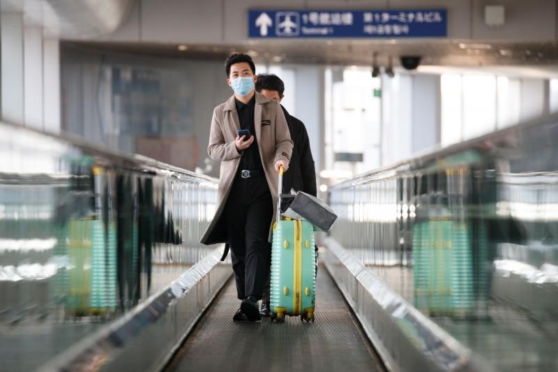 中國爆發的武漢肺炎疫情持續延燒,有對姐弟竟不顧已出現發燒症狀,服用退燒藥後從義大利飛回北京,雖順利入境,卻也遭到中國當局以涉嫌妨害傳染病防治罪立案調查。(路透)