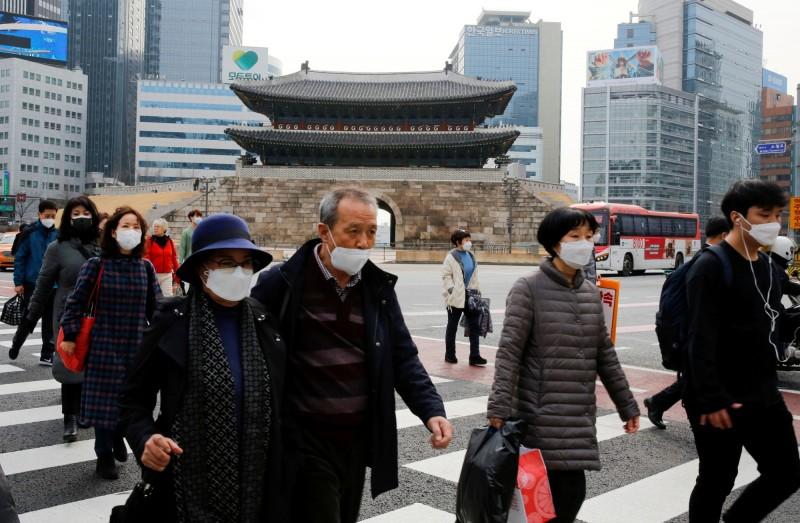 武漢肺炎疫情在全球持續擴散。圖為南韓行人。(路透)