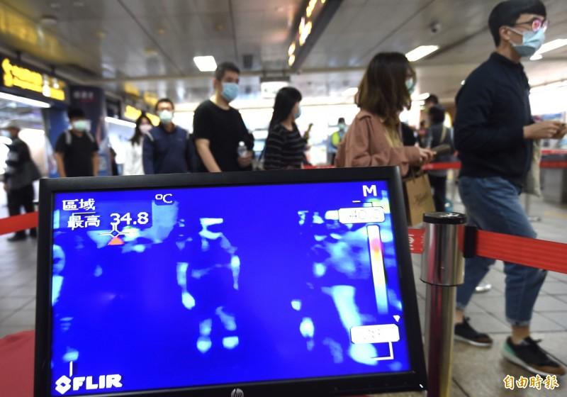 台灣在機場、高鐵及捷運等地點配置體溫偵測器篩檢發燒遊客。(資料照)
