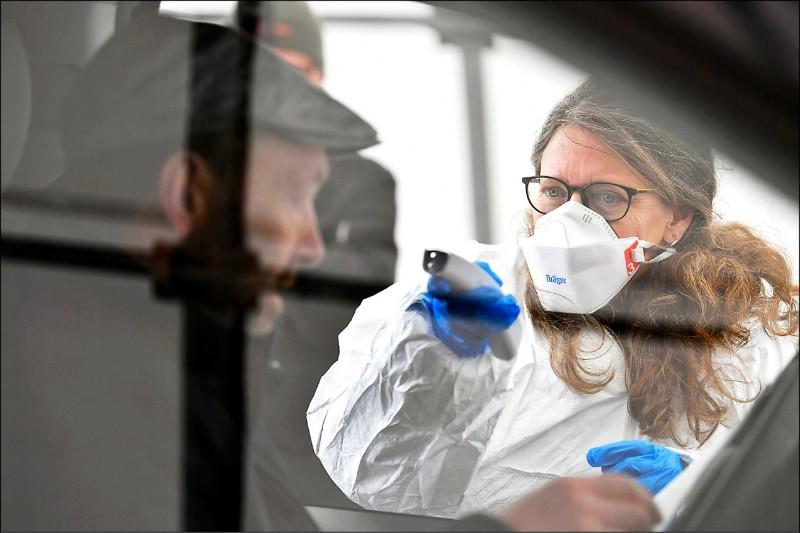 鑑於義大利疫情嚴重,鄰國奧地利開始在邊境抽檢從義大利入境車輛,並量體溫。(美聯社)
