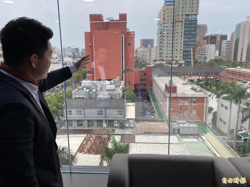 台灣基進立委陳柏惟介紹目前立法院的用地狹小,且過去為高中校地,在設計上並非為國會所使用。(記者吳書緯攝)