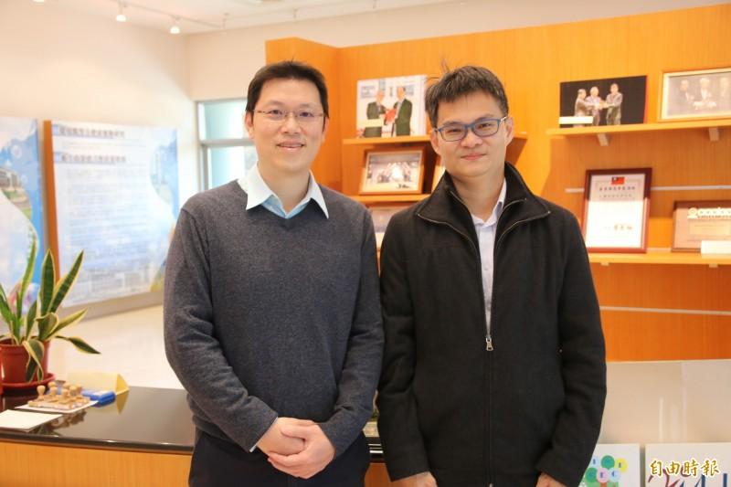 生技與藥物研究所助理研究員王文傑(右)、張竣評(左)為此次合成對抗武漢肺炎藥物的靈魂人物。(記者鄭名翔攝)