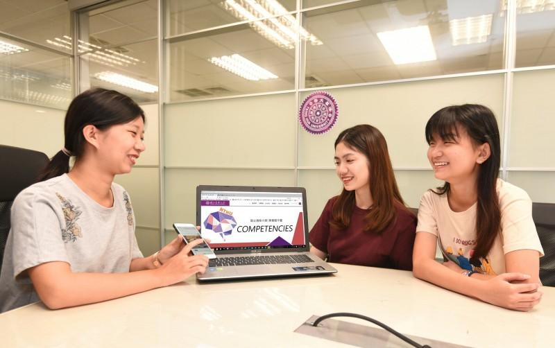 清華大學號召教授共同出題的「讓素養飛」題庫網站,其中的題庫已成高中生練習的新選擇。(照片由清大提供)
