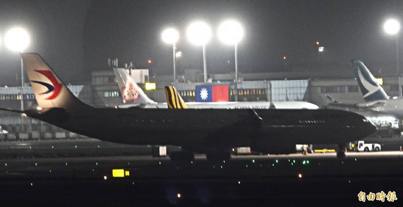 第一次包機由東方航空執行任務,當時搭載247名台商包機於2月3日晚間11點40分抵達桃園機場。(資料照)