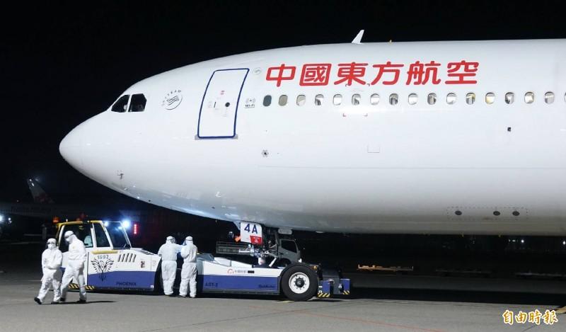 飛機將拖往台飛棚廠對機上旅客進行檢疫通關工作。(記者姚介修攝)