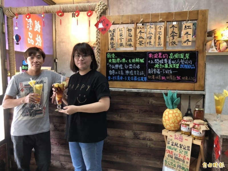盧于喬(左)、蘇韻棠(右)夫妻親手打造茶飲店。(記者羅欣貞攝)