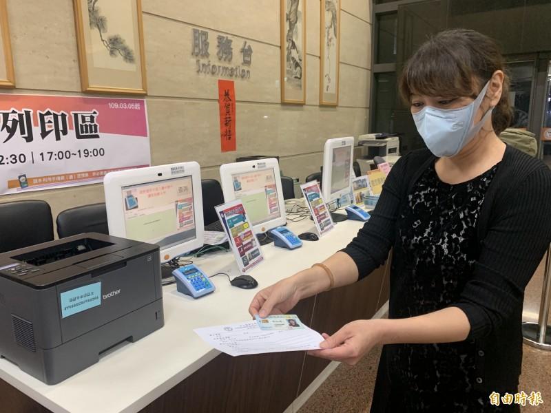 中山附醫探病須先印列訪客證,再持證到護理站登錄探病。(記者蔡淑媛攝)