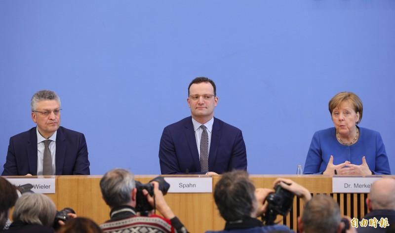 羅伯.柯霍研究院長羅塔爾.維勒(左)11日與總理梅克爾(右)召開記者會,維勒認為中國疫情「還會再來」。(歐新社)