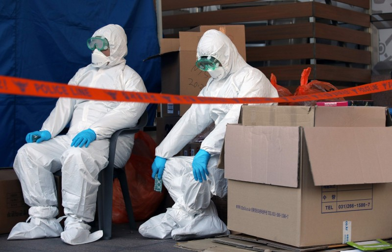 南韓今日上午宣布昨日全日新增114例確診病例,累計7869例。圖為南韓首爾的醫務人員。(法新社)