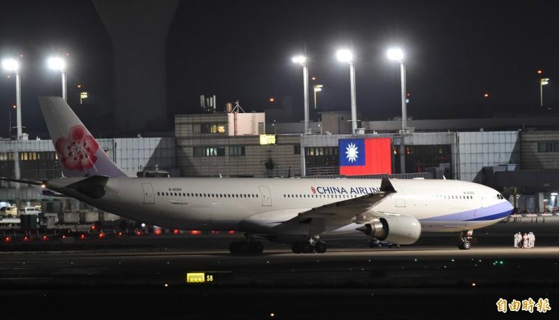 我國第二批武漢包機的華航班機10日深夜降落於桃園機場。(資料照)