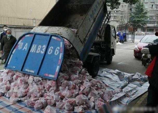 武漢封城,居民吃的肉品被以垃圾車運送,引發怒火。(圖擷取自微博)