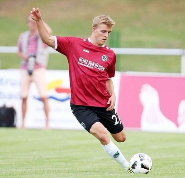 帝莫(見圖)確診,成為德國第一位染病的職業足球員。(擷取自Timo Hubers IG)