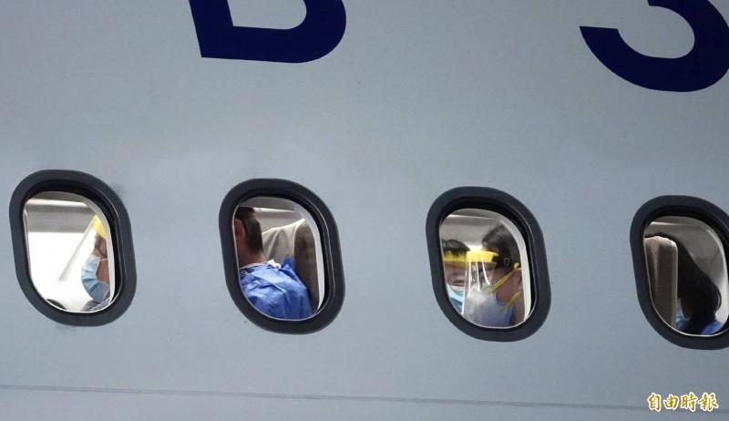 第二批滯留武漢台人包機於10日晚間回台,第一時間卻傳出有18人拒絕檢疫才導致班機延誤4小時,不過如今有家屬跳出來指出,那18人根本沒拿到紙本核酸檢測報告,因此才無法登機。(資料照)