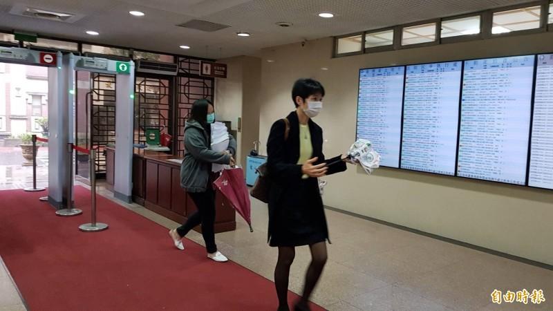 空品處副協理于堯(右)今為私菸案到庭。(記者溫于德攝)