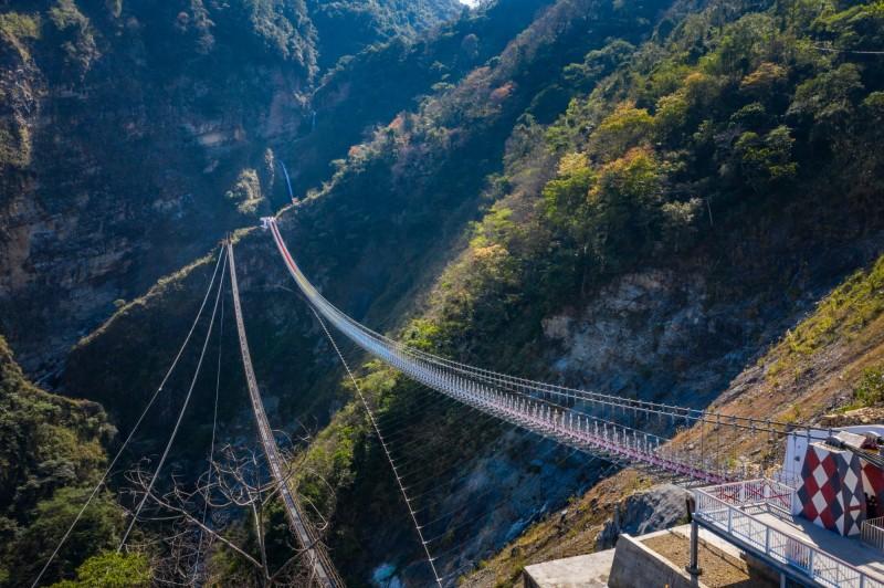 南投信義雙龍瀑布七彩景觀吊橋4月啟用,3月18日就能線上購票。(記者劉濱銓翻攝)