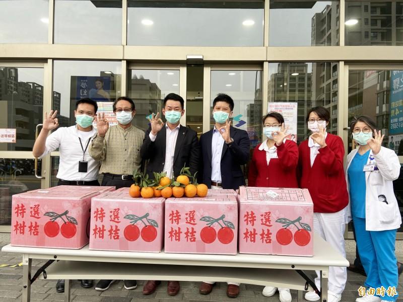 立委陳柏惟(左三)代送椪柑給烏日林新醫院的醫護人員。(記者蘇金鳳攝)