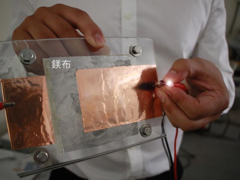 高科技鎂布充電電池可以彎曲、捲繞、摺疊,打破一般人對電池的印象。(記者洪瑞琴翻攝)