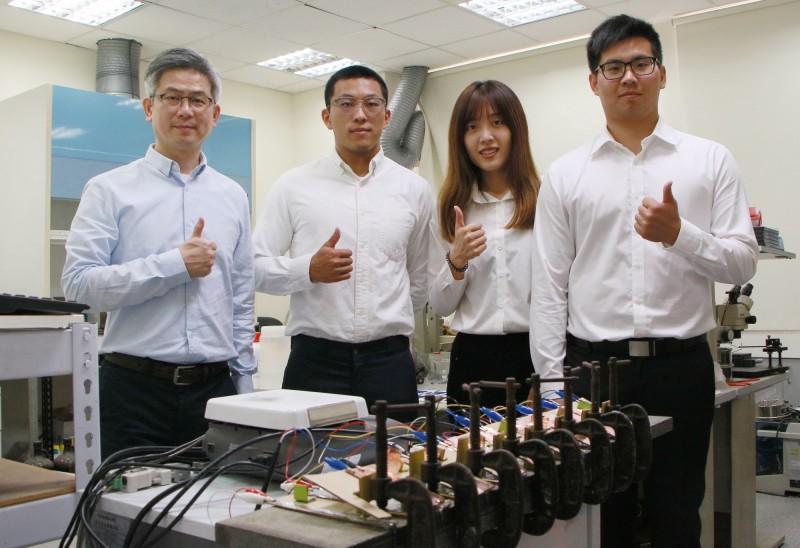 成功大學材料系教授洪飛義研究團隊與康那香共同研發高科技鎂布充電電池。(記者洪瑞琴翻攝)