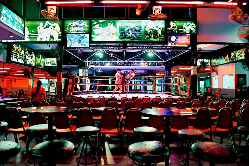 泰國芭達雅的酒吧十一日空空蕩蕩,無人觀看泰拳競技表演。(路透)