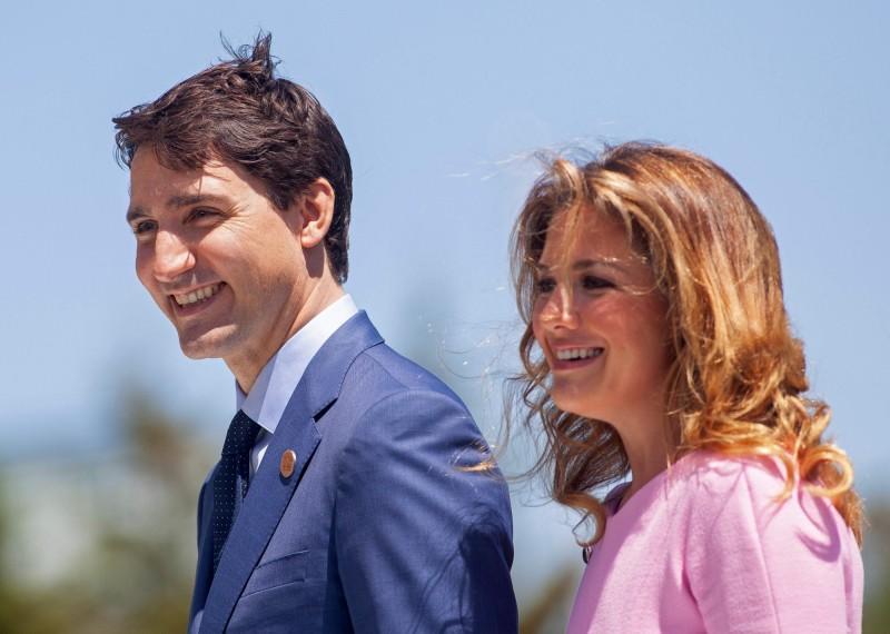 加拿大總理夫人蘇菲(右)稍早確診,杜魯道(左)已開始自我隔離14天。(法新社)