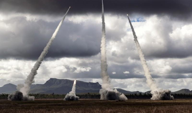 洛馬以M142高機動性多管火箭系統試射地對地精確打擊飛彈(PrSM),結果相當成功,可能被美國陸軍優先考慮訂購。圖為M142在軍演中發射其他飛彈。(歐新社)