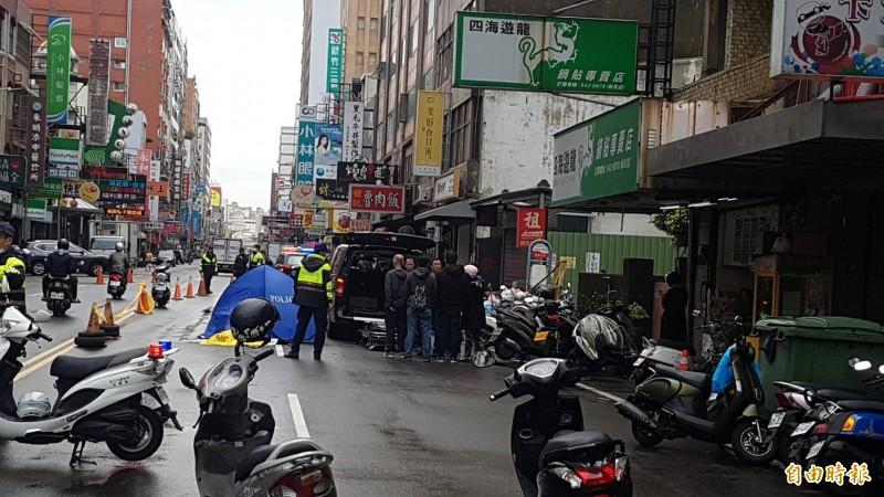 新竹市民生路今天發生一起死亡車禍,騎車婦人閃避違停車,不幸遭後方小貨車追撞輾斃。(記者蔡彰盛攝)