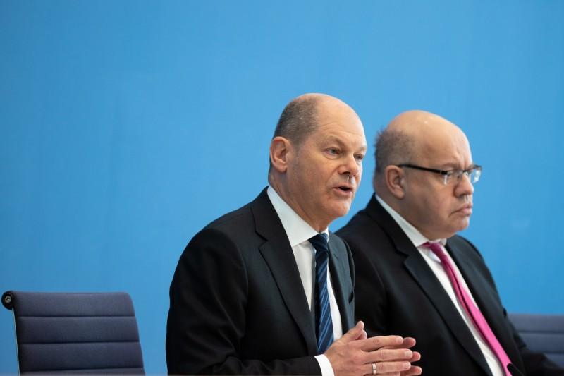 德國財政部長蕭茲(左)與經濟部長阿特麥爾(右)一同出席柏林會議,宣布企業紓困貸款「無上限」。(歐新社)