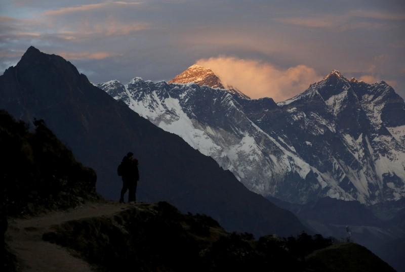 尼泊爾政府今(13)日宣布,為防範武漢肺炎疫情,本季將封閉境內所有喜馬拉雅山脈的山峰,包括聞名全球的聖母峰。(路透)