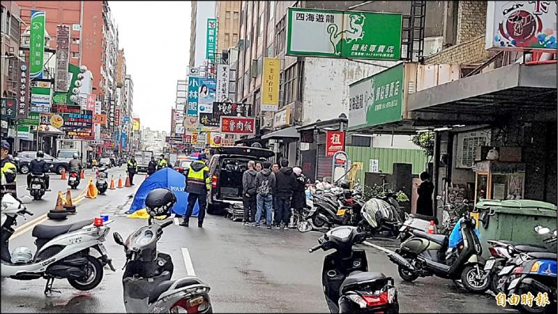 女騎士為了閃路邊的違規併排停車,遭後車輾死。 (記者蔡彰盛攝)