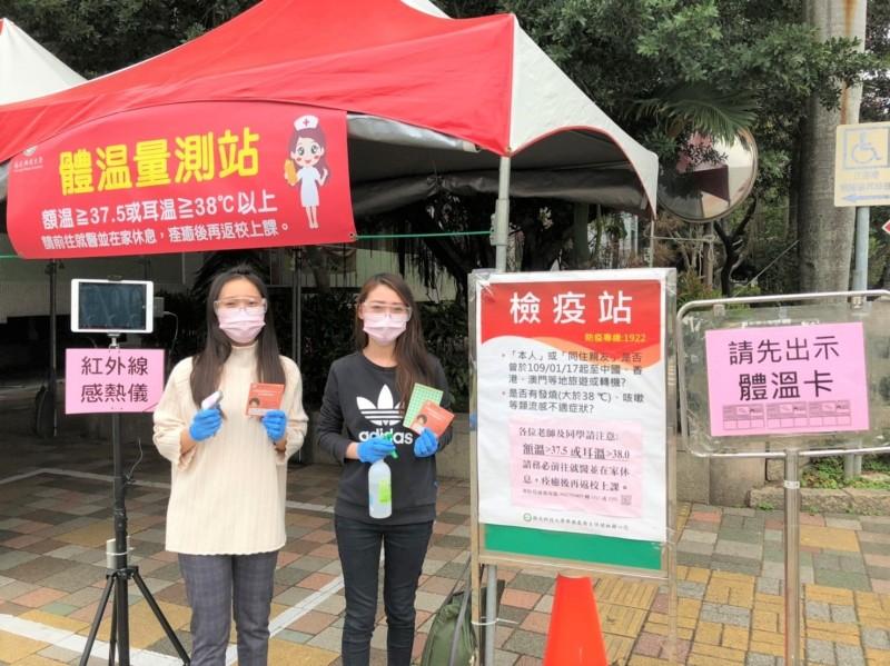 學生上萬名的僑光科技大學祭出四道關口加強防疫,學校在門口設檢疫站,自購紅外線感熱儀把關。(僑光科大提供)