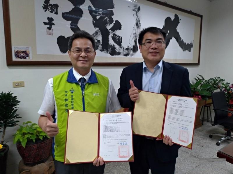 台南一中校長廖財固(右)與台南啟智校長林宏澤(左)簽署校際扶助備忘錄,未來共同促進教育交流。(記者洪瑞琴翻攝)
