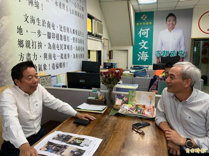 捷運公司董事長林志盈(右)拜會民進黨議員何文海,表示捷運綠線11月要全線試營運。(記者唐在馨攝)