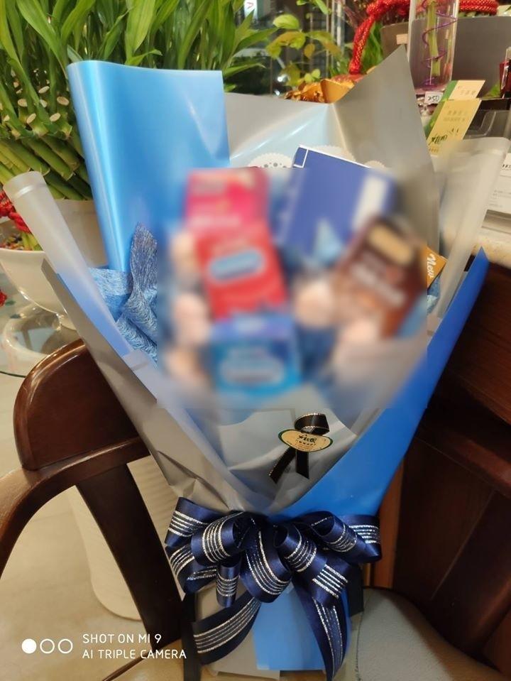 今天白色情人節,埔里鎮花店業者則是接獲女客人以保險套糖果包成花束的訂單。(埔里大觀園花藝提供)