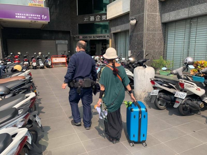 王婦拖著裝有購屋現金的皮箱,請求警方協助護鈔。(記者黃旭磊翻攝)