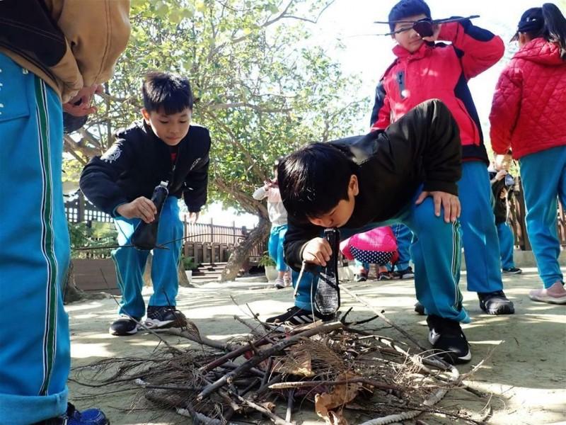 以趣味的做中學方式,體驗黑面琵鷺築巢的辛苦。(圖由台管處提供)