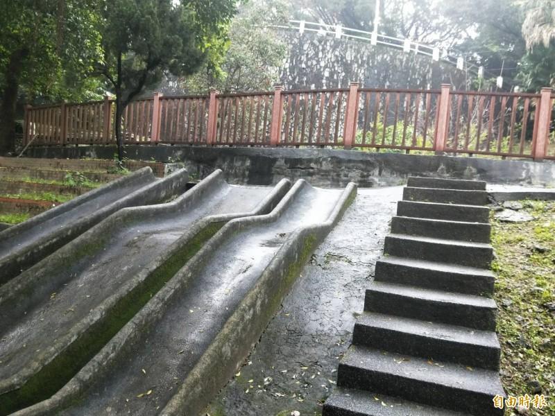 基隆市中正公園兒童遊戲場闢建超過60年,大型磨石子溜滑梯,是許多五到七年級生的兒時共同回憶。(記者林欣漢攝)