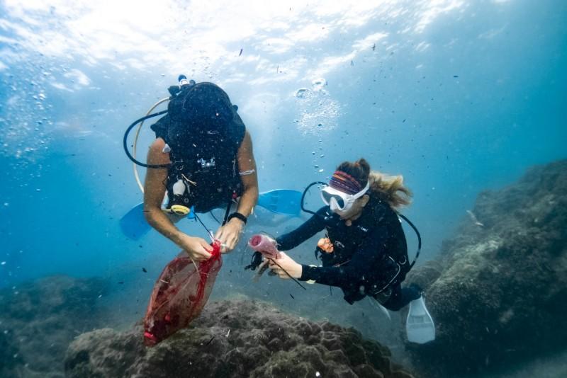台灣潛水免費提供氣瓶給潛水員,帶領他們到海裡面清除不屬於海洋的物品。(記者蔡宗憲翻攝)